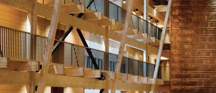 房间或套房可从木搁栅进入,而木搁栅通往铜墙的天井。