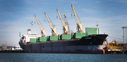 有了陆地供应的电力,船舶得以在靠岸时关掉引擎。