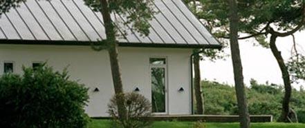 采用金属片和钢材的建筑产品及项目方案可以减少碳足迹,并降低能耗和缩短装配时间。